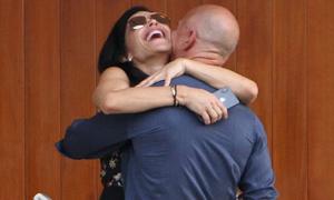 Tỷ phú Amazon ôm hôn người tình