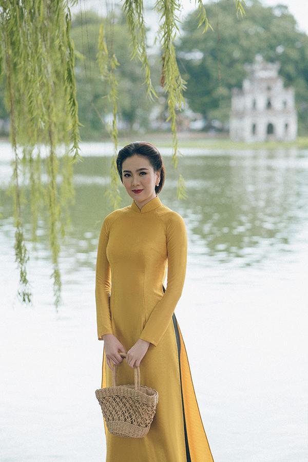 Nhân dịp Ngày Quốc khánh 2/9, MC Mai Ngọc đã tung ra bộ ảnh áo dài được thực hiện tại những địa điểm gắn với văn hóa, lịch sử của Hà Nội như hồ Gươm, cầu Long Biên, Cột cờ Hà Nội...
