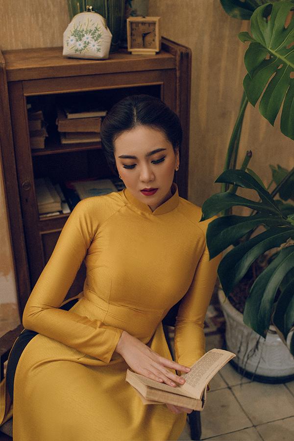Kiểu may hiện đại làm tôn lên đường cong gợi cảm của phái nữ khi mặc áo dài trơn màu.