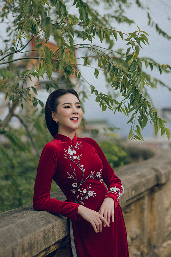 Nhung là chất liệu yêu thích của nhiều phụ nữ thời xưa khi chọn may áo dài, đặc biệt là những dịp quan trọng như đám cưới, đám hỏi.