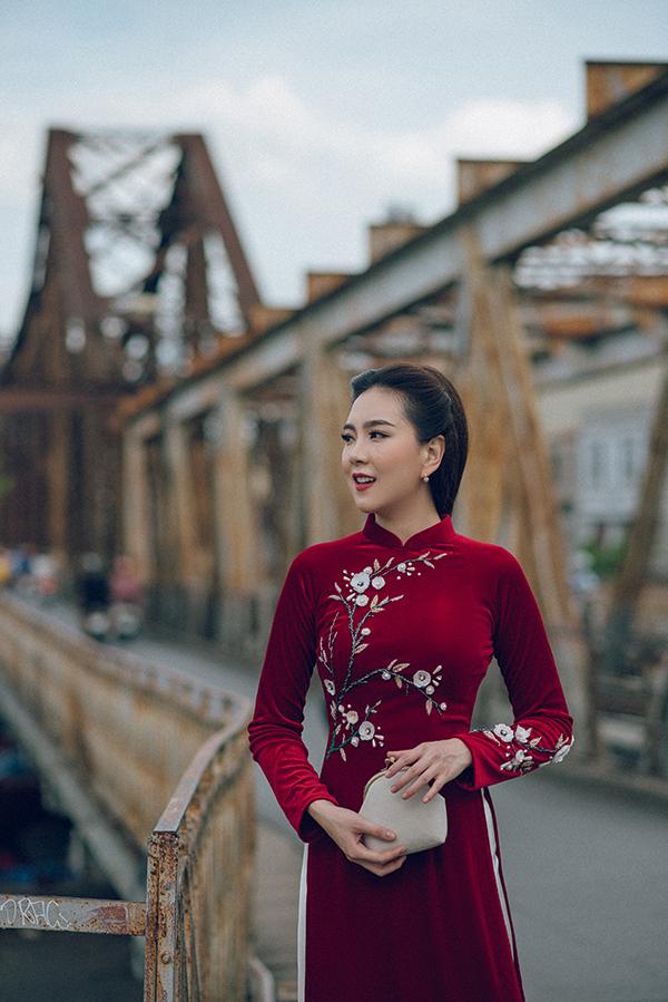 Thiết kế thêu tay dọc thân áo và tay áo trên nền vải nhung khiến chiếc áo dài thêm điệu đà.