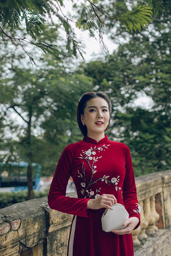 Để hoàn thiện vẻ đài các, sang trọng giống thiếu nữ Hà Nội xưa, Mai Ngọc chọn khuyên tai bản nhỏ và sắc cầm tay điệu đà.