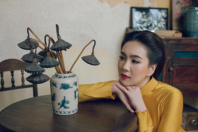 Để hoá thân vào thiếu nữ Hà Nội xưa, Mai Ngọc chọn kiểu tóc vén,buộc thấp. Đây là kiểu làm đẹp được phụ nữ Hà thành đầu thế kỷ 20 rất yêu thích.