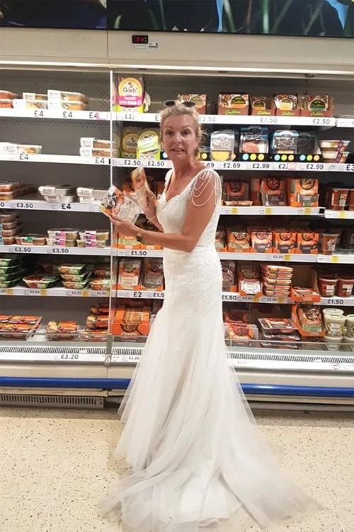 Cô Dawn diện váy cưới trong lúc đi siêu thị, làm việc nhà và chèo thuyền.