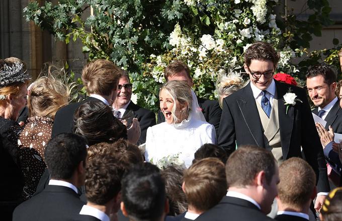 Nữ ca sĩ Anh rạng ngời niềm vui trong ngày lên xe hoa. Nhiều bạn bè nghệ sĩ đã tới chúc mừng Ellie như Katy Perry, Orlando Bloom (ngoài cùng bên trái), ca sĩ James Blunt, diễn viên Sienna Miller...