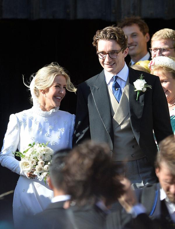 Ellie Goulding và Caspar Jopling kết hôn sau tròn một năm đính hôn. Caspar là một doanh nhân buôn bán các tác phẩm hội họa.