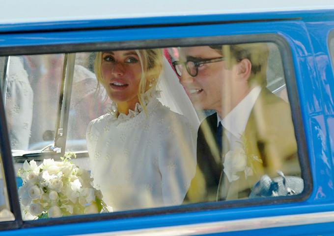 Cô dâu và chú rể ngồi trên chiếc xe mini-van cổ xinh xắn tới lâu đài.