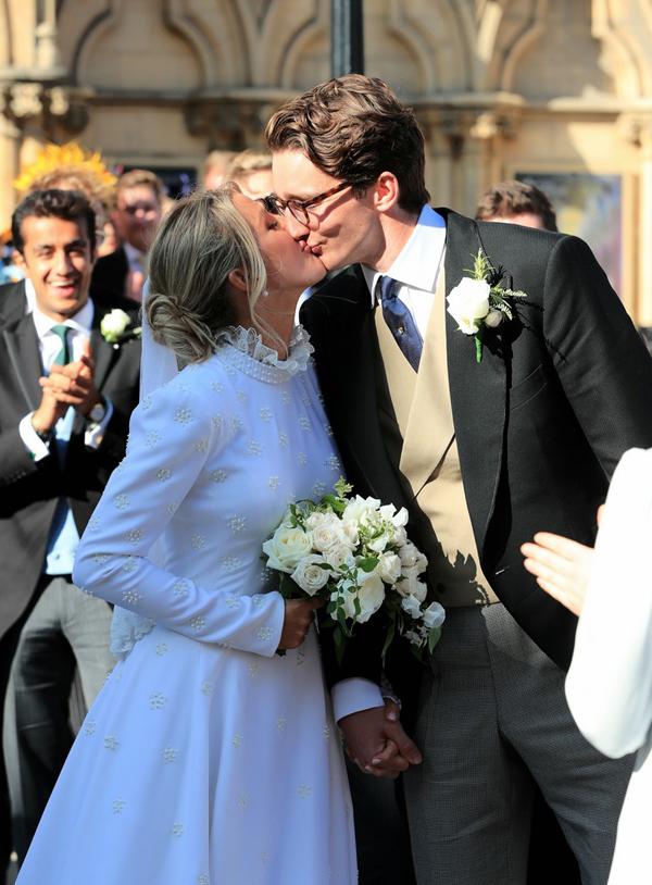 Trong lễ cưới, cô dâu diện váy kiểu cổ điển