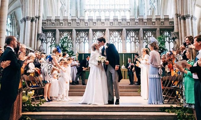 Ellie Goulding 32 tuổi và chú rể 27 tuổi trao nhau nụ hôn say đắm trước khoảng 300 khách mời trong hôn lễ tại nhà thờ York Minster.