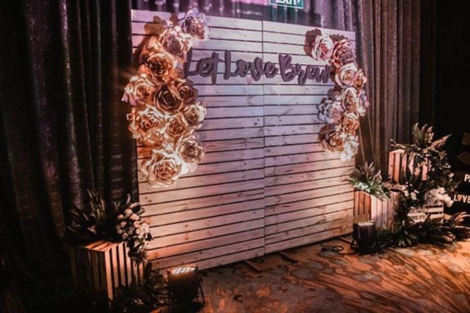 Khu vực photobooth bên trong. Đám cưới hướng tới phong cách rustic với nhiều đồ trang trí bằng gỗ, tạo sự mộc mạc, gần gũi.