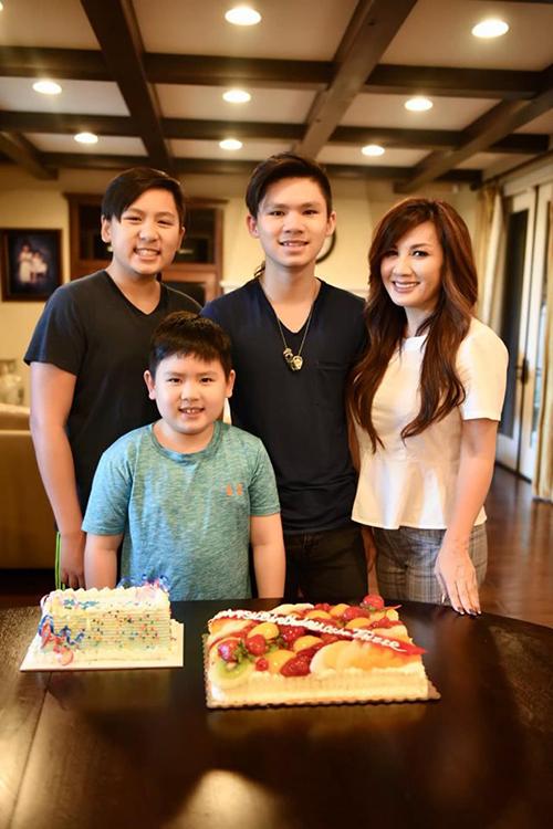 Trizzie Phương Trinh bên 3 con trai trong ngày sinh nhật.