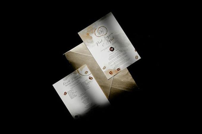 Thiệp cưới của uyên ương có hình ảnh minh họa những hạt cà phê.