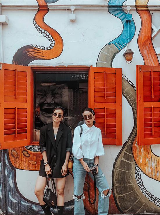 Chị em nhà Yến Trang, Yến Nhi chọn trang phục cổ điển với váy blazer dress, áo sơ mi tay bồng để đi ăn mừng lễ Quốc khánh 2/9.