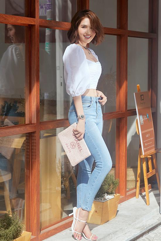 Áo crop-top vẫn được Ngọc Trinh yêu thích trong không khí mùa thu. Thay vì các mẫu áo corset sexy, người đẹp chọn áo trắng tay bồng để phối cùng quần jeans dáng ôm.