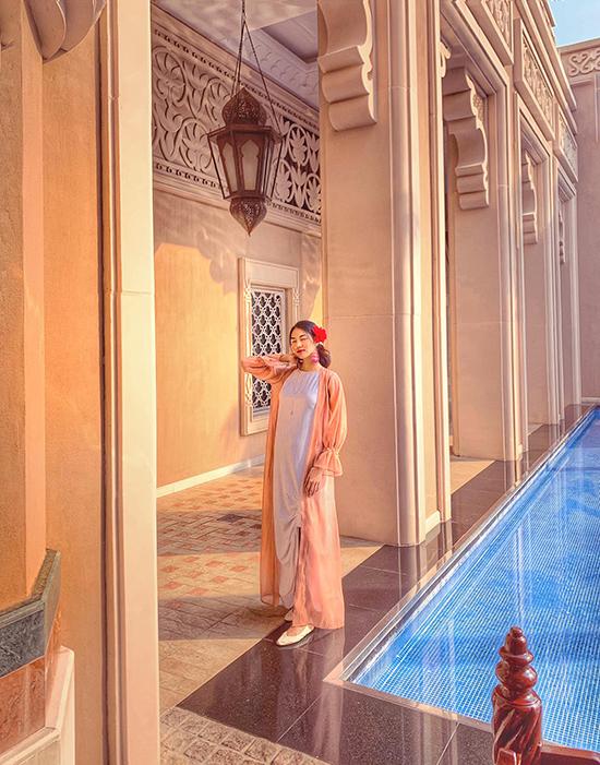 Váy maxi dáng suông, giầy đế bệt là trang phục và phục kiện Lan Khuê sử dụng khi đi du lịch ở Bali. Ngoài việc chọn lựa chất liệu mang lại sự thoải mái cho bà bầu, người đẹp còn sử dụng váy hoạ tiết, đồ đơn sắc để hài hoà cùng từng bối cảnh, không gian và kiến trúc của điểm đến.