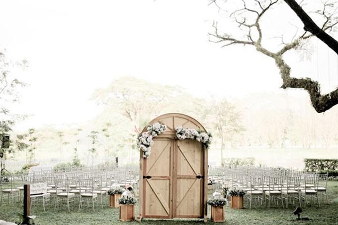 Không gian thực hiện nghi lễ ngoài trời của uyên ương. Cả hai chọn ghế Chiavari màu trắng để bối cảnh thêm lãng mạn, sang trọng.