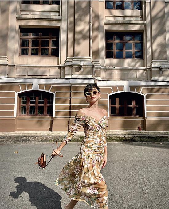 Tung tăng trên phố vào dịp vắng người, Khánh Linh thả dáng với mẫu váy hoa điệu đà đến từ thương hiệu trong nước.