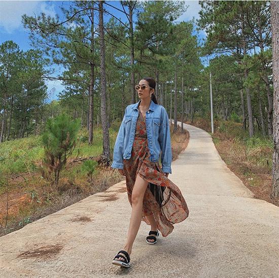Trong chuyến du lịch cùng hội bạn thân tại Đà Lạt, Tăng Thanh Hà chọn váy hoa xẻ cao để phối cùng áo khaocs jeans và sandal.