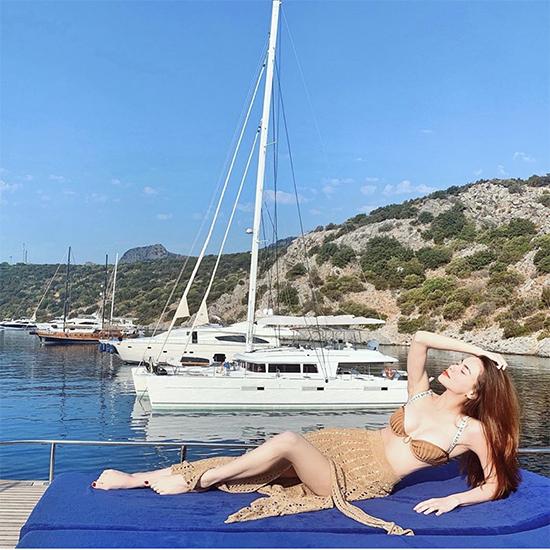 Nghỉ lễ ở vùng biển đẹp vì thế Hồ Ngọc Hà tiếp tục chọn các kiểu bikini hợp trend để chụp ảnh so deep.