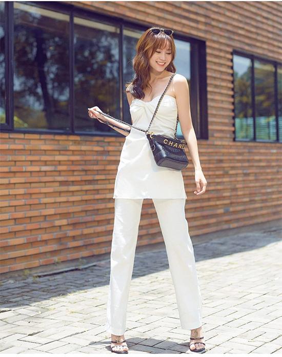 Diện set đồ trắng theo phong cách thanh lịch, Lan Ngọc chọn túi hiệu Chanel màu tương phản để phối đồ dạo phố.