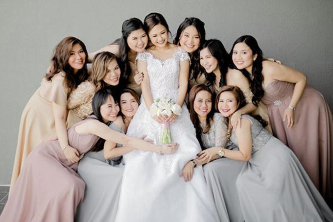 Cô dâu chọn váy cưới đính ren chữ A bên dàn phù dâu diện váy pastel nhẹ nhàng.