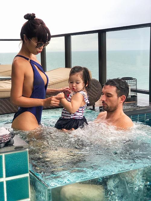 Siêu mẫu Hà Anh cùng chồng Tây và con gái đang có chuyến du lịch tại một resort nổi tiếng tại Huế . Bà mẹ một con cho biết: Cảm giác khám phá bể sục Jacuzzi lần đầu của Myla thật là yomost. Buồn quá, sắp phải đi về rồi.