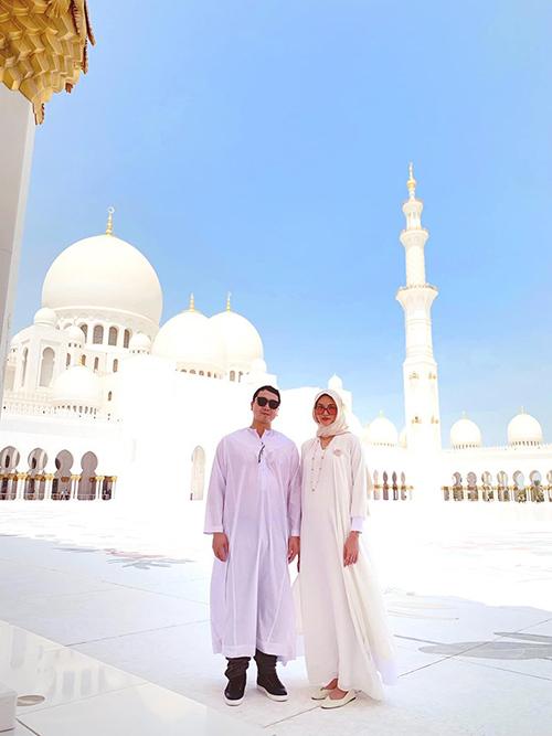 Lan Khuê và ông xã Tuấn John diện trang phục truyền thống của người dân Dubai. Bà bầu chia sẻ một số lưu ý khi đến tham quan tại quốc gia Hồi giáo. Đàn ông vào đền thờ chỉ cần không mặc quần short và dép lê là được. Còn phụ nữ thì 1 list các điều lưu ý: Trang phục phải che được hết từ đầu tới chân. Áo tay dài phủ hết cánh tay. Đầu và cổ phải choàng khăn che kín ko được hở cổ. Dép không hở ngón. Không mặc vải mỏng, ko mặc ren xuyên thấu mà thấy được da lấp ló. Mọi người vào đền còn có lưu ý chung: Chụp hình phải đứng trang nghiêm. Không tạo dáng. Không giơ tay hi, bắn tim. Không ôm, không nắm tay.....Mấy cái này ai lỡ phạm phải bảo vệ sẽ xuất hiện nhắc nhở ngay. Còn ai dại dột hôn nhau trong đền nữa thì xác định bị bảo vệ hốt, phạt thậm chí bắt bỏ tù thì dù là công dân nước ngoài cũng không ai cứu được nha. Khi đáp ứng các yêu cầu này thì mọi người thoải mái tham quan theo hướng dẫn.