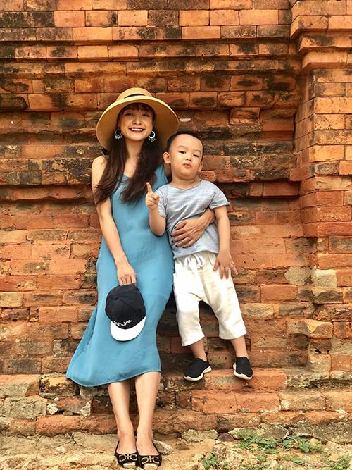 Diễn viên Lê Bê La đưa con trai đi tham quan Tháp Chàm (Ninh Thuận).