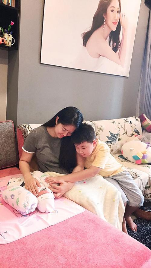 Diễn viên Lê Phương hạnh phúc bên hai con Pháo - Bông.