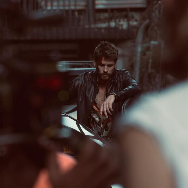 Trong khi đó, Liam Hemsworth đã bắt đầu trở lại công việc sau thời gian ở ẩn hàn gắn tổn thương tại Australia. Anh chia sẻ trên Instagram hình ảnh mới trong phim Killerman. Liam đóng vai người đàn ông bị mất trí nhớ sau khi trọng thương trong một vụ buôn ma túy. Tài tử 29 tuổi cũng đang trong quá trình giải quyết ly hôn với Miley Cyrus. Vụ ly hôn của cặp sao được cho là diễn ra trong êm thấm và sẽ chính thức hoàn tất vào tháng 10.