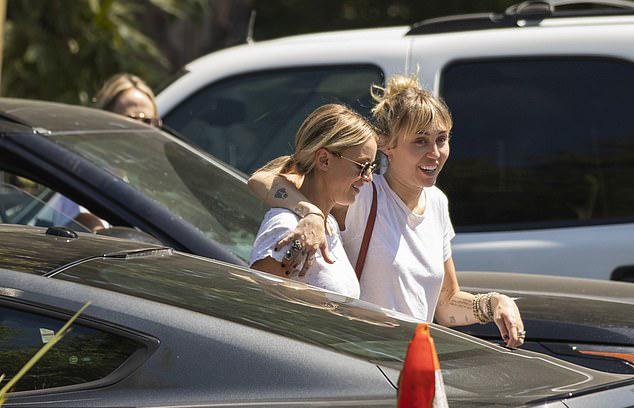 Cặp đôi đi ăn trưa cùng mẹ của Miley (đi phía sau).