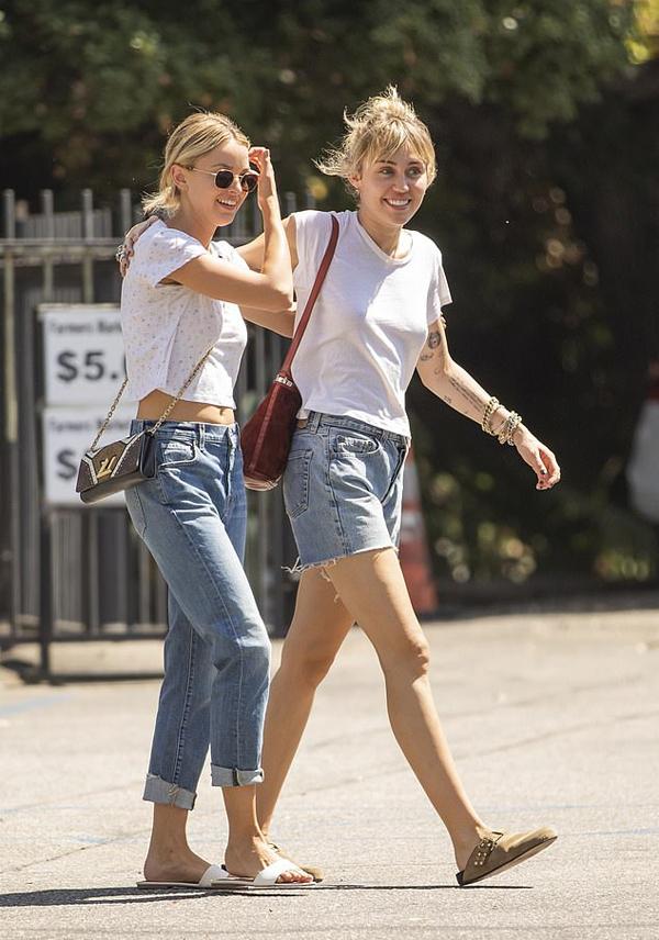 Miley Cyrus và Kaitlynn Carter rạng rỡ ra phố vào ngày nghỉ.