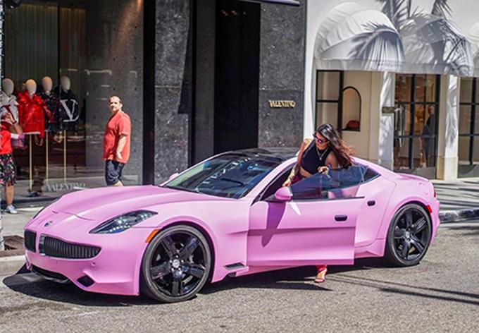 Phạm Hương sang chảnh bên siêu xe màu hồng. Người đẹp từng tiết lộ mình là cô gái mê màu hồng.