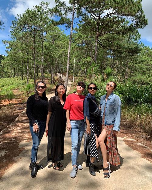 Tăng Thanh Hà cùng Thân Thúy Hà,Thùy Trang (vợ ca sĩ Phạm Anh Khoa) và những người bạn tận hưởng tiết trời trong lành, yên bình ở Đà Lạt.