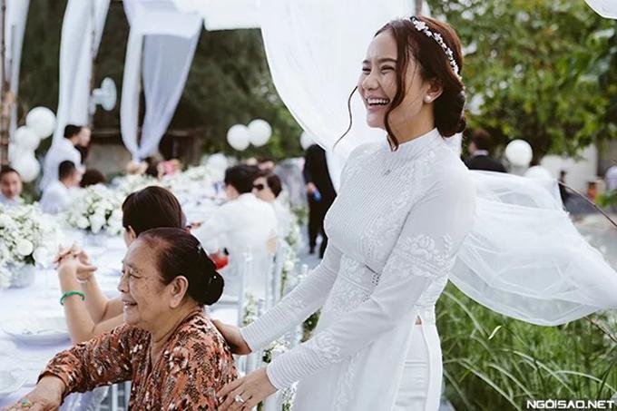 Đại gia Đức An từng đi khắp TP HCM để tìm ra NTK áo dài ưng ý. Mất 2 tuần, chiếc áo dài cô dâu mới hoàn thành vì được trang trí bởi những họa tiết khóm hoa hồng thêu tay tinh xảo, cầu kỳ theo đúng sở thích của Như Thảo.
