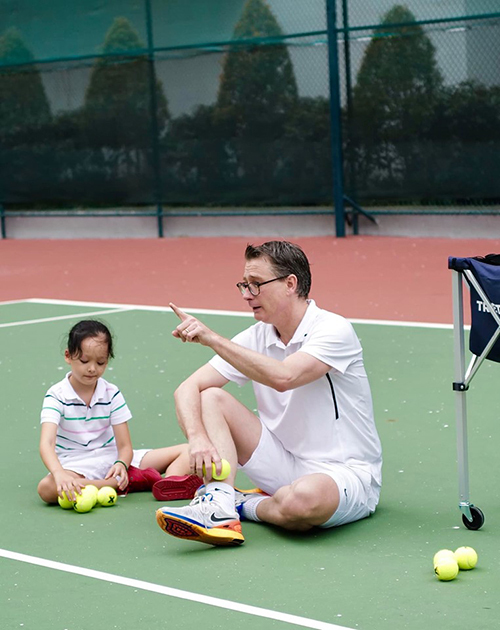 Ông xã Đoan Trang đang chia sẻ về kỹ thuật chơi. Anh rất cẩn thận yêu cầu này.