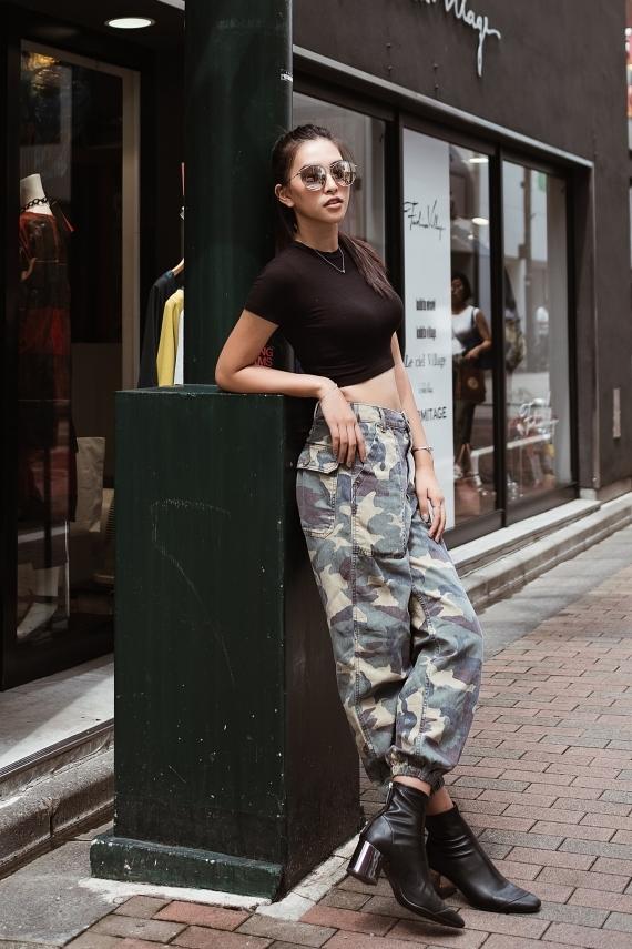 Người đẹp khoe eo thon với áo crop-top và quần legging.