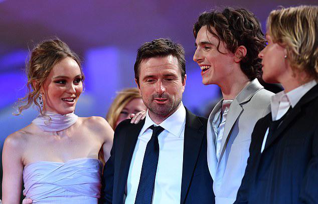 Lily-Rose bên đạo diễn David Michod (đứng giữa) và nam diễn viên Timothee Chalamet (thứ hai từ phải sang). Lily và Timothee - ngôi sao phim Call Me By Your Name - từng có khoảng thời gian hẹn hò vào cuối năm ngoái.