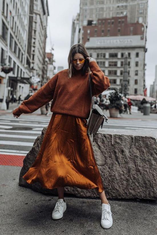 Áo sweater, chân váy lụa màu ánh đồng vừa hợp mốt thu đông vừa giúp bạn gái nổi bật khi xuống phố.