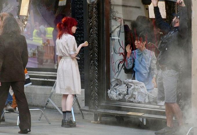 Nữ diễn viên thực hiện một cảnh quay.