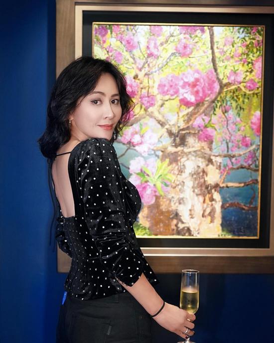 Nữ diễn viên chụp ảnh trong chính căn nhà của cô. Không chỉ thành công với vai trò diễn viên, Lưu Gia Linh còn là một nhà kinh doanh thời trang, bất động sản, nhà hàng, khách sạn... thành công. Cô hiện có nhiều bất động sản ở Hong Kong, Bắc Kinh, Thượng Hải...