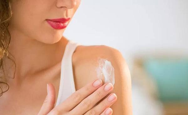 Chọn kem chống nắng có kết cấu mỏng nhẹ, không làm bít tắc lỗ chân lông để vừa bảo vệ da khỏi tác hại của ánh nắng, môi trường ngoài, vừa tránh gây mụn.