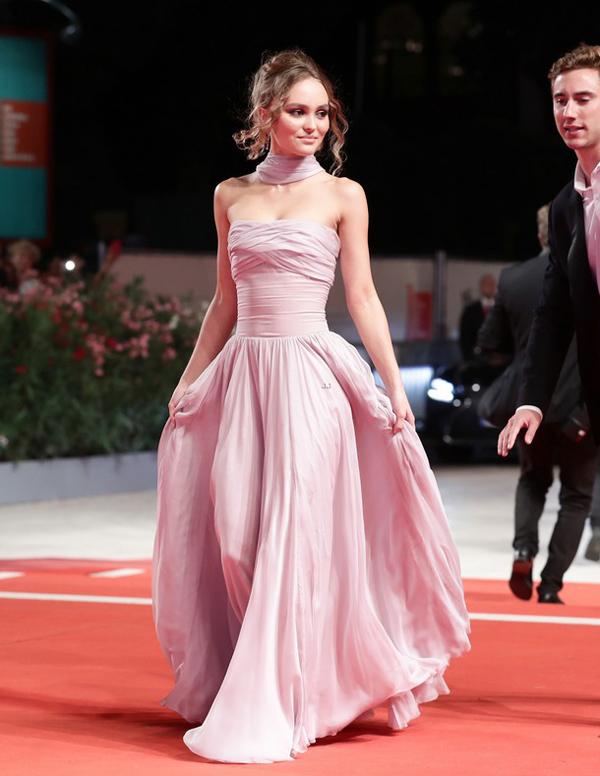 Lily-Rose Depp tham dự lễ ra mắt phim mới của cô mang tên The King. Cô thướt tha trong bộ đầm thương hiệu Chanel.