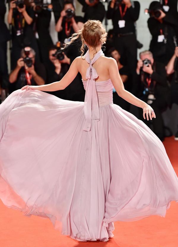 Cô thu hút sự chú ý của các phóng viên ảnh tại liên hoan phim Venice.