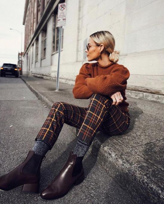 Những mẫu áo len tông nâu ấm áp luôn là sản phẩm quen thuộc trong mùa thu đông. Sử dụng áo này cùng quần ca rô gợi nhớ hình ảnh thanh lịch và cổ điển.