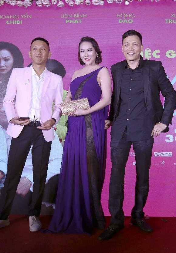 Nhà sản xuất Ngô Quang Hải (phải) và đạo diễn Huỳnh Tuấn Anh (trái) chụp cùng diễn viên Phi Thanh Vân tại sự kiện ra mắt phim hôm 23/8.