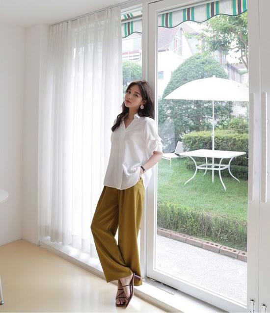 Ngoài cách kết hợp tông màu trắng, xám, đen quen thuộc, các nàng có thể sử dụng sơ mi trắng với nhiều kiểu quần suông gam màu tươi sáng.