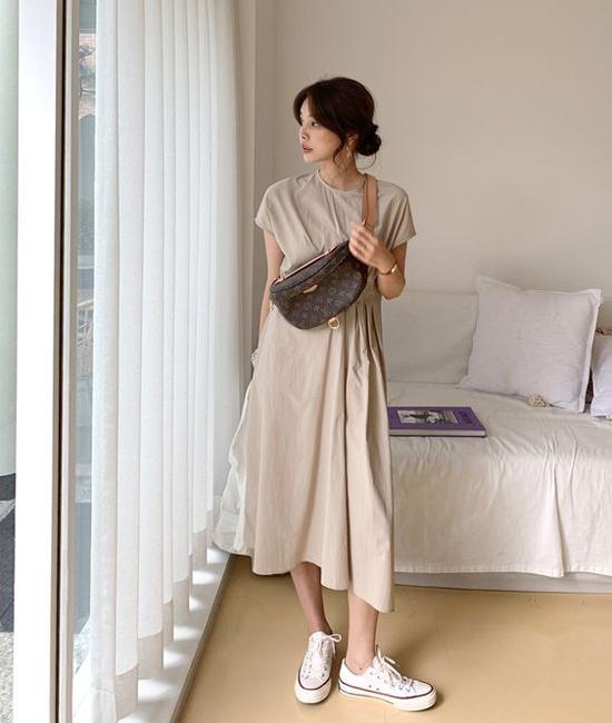 Váy suông dáng rộng ở mùa hè thường được xây dựng trên tông trắng. Nhưng ở mùa thu đông, những kiểu đầm thùng thình lại thiên về sắc nâu, cafe sữa, nude...