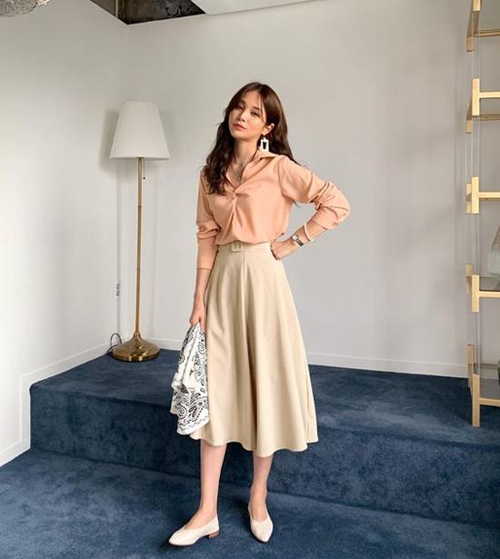 Sơ mi lụa và chân váy midi vẫn là hai món đồ được lòng phái đẹp khi mix đồ mùa thu. Bởi set đồ này tạo nên nét thanh lịch, lãng mạn.