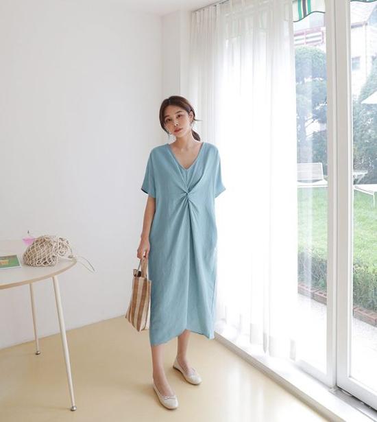 Váy suông không kén dáng là trang phục được yêu thích ở mùa hè. Trong tiết trời chuyển mùa, đây vẫn là món đồ mang lại sự thoải mái và tự do cho phái đẹp.